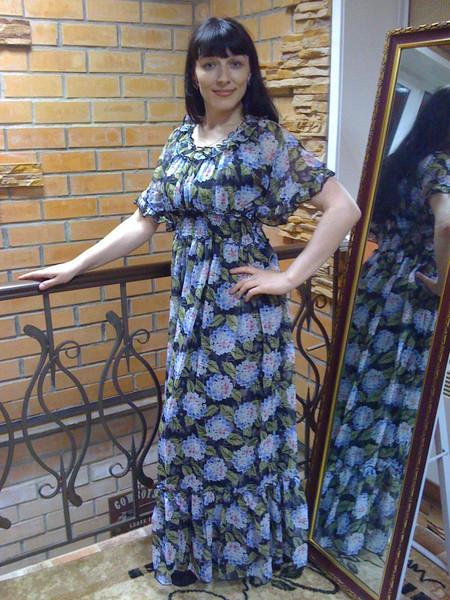 Девушки в длинных платьях дома