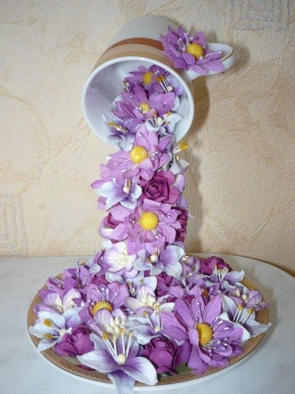Водопад из кружки из цветов