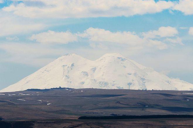 Вид на Красавец Эльбрус из парка Кисловодска