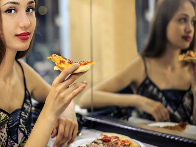 Почему перед зеркалом нельзя кушать