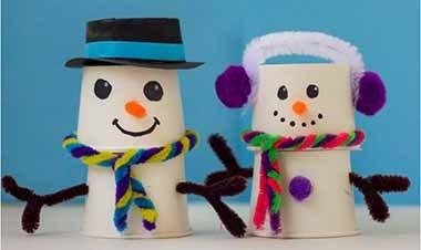 снеговик из бумажных стаканчиков