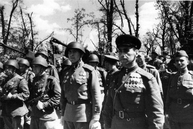 Полный Георгиевский кавалер политработник капитан Грусланов в Берлине в 1945
