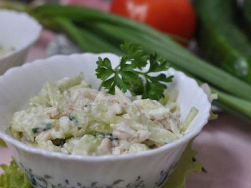 Салат из курицы яиц и огурцов и сыра