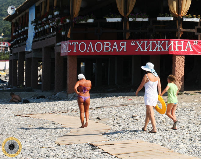 Дама в панаме на берегу моря в Лазаревском