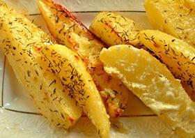 запеченный брусочками картофель