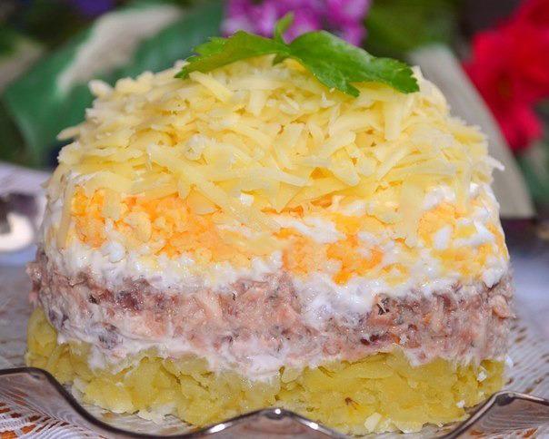 Салат с консервированной скумбрией слоями