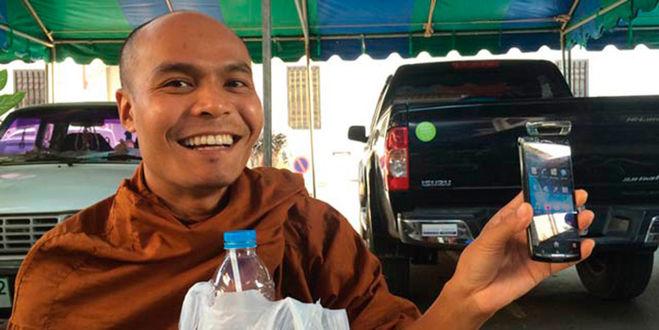 буддийский монах с мобильником