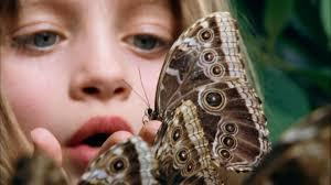 детская непосредственность бабочка у ребенка в руках