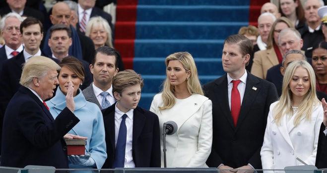 Семья Трапа. Сын Трампа - Бэррон в центре