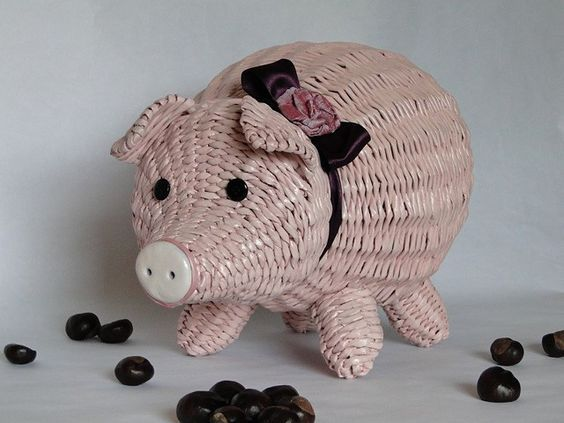 свинка из газетных трубочек