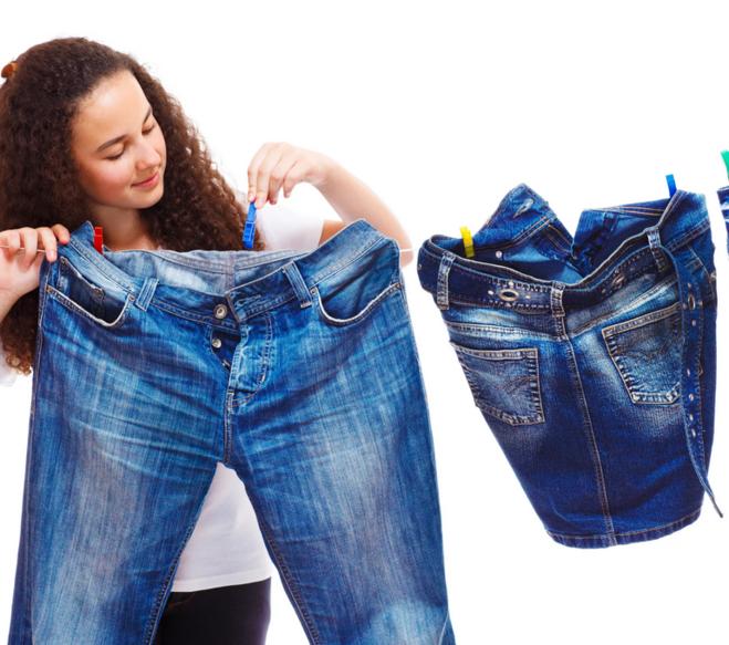 при какой температуре можно стирать белые джинсы