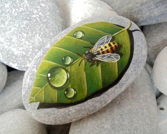 поделка раскрашивание камней пчела и лист