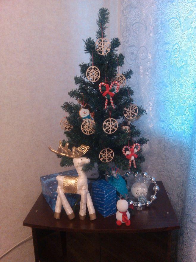 Такие деревянные игрушки будут прекрасно смотреться не только на елке, но и в композиции из веточек