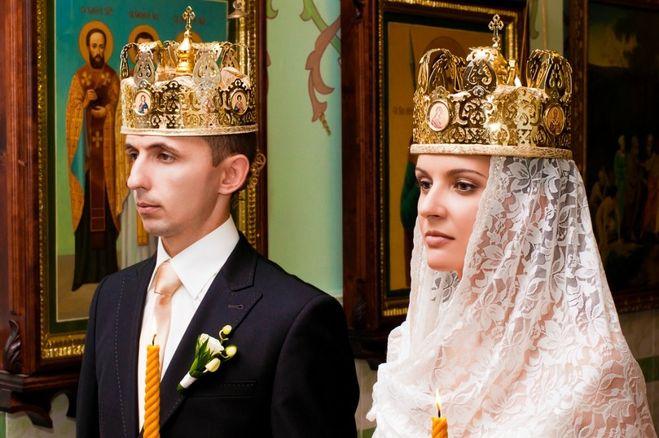 Свидетели должны провожать брачующихся в церковь и держать во время венчания над ними венцы.