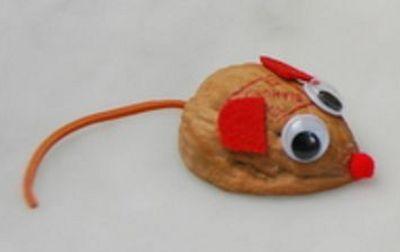 Поделка мышка из грецкого ореха