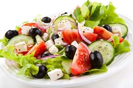 Надо ли солить греческий салат