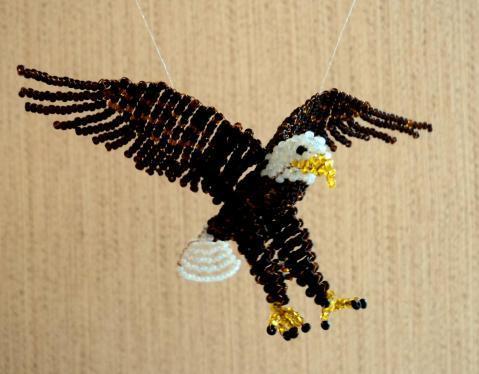 плоского орла из бисера.