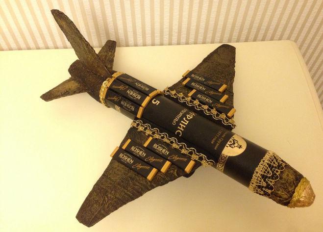 самолет из конфет