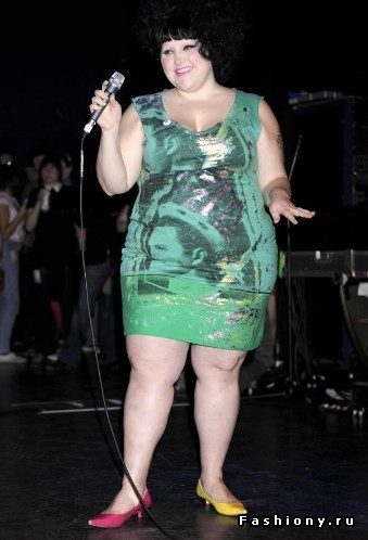 Полная женщина в обтягивающем платье