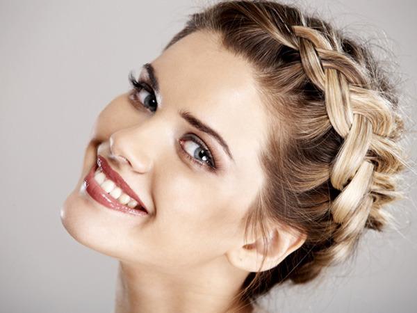 Прическа на густые волосы средней длины