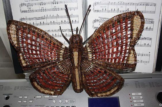 Бабочка из **газетных трубочек своими руками
