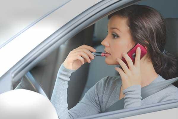 разговор по телефону за рулем, разговор по громкой связи, мобильник в автомобиле, гарнитура для разговора в автомобиле