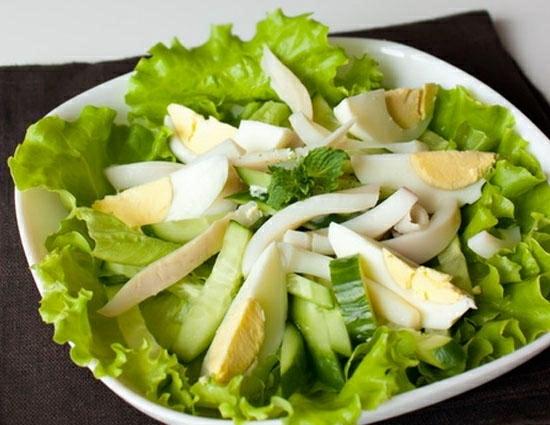 Салат кальмары с яйцом и огурцом и рисом