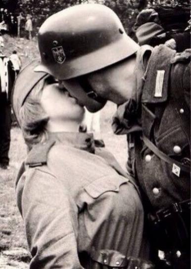 Немецкий солдат целует советскую медсестру