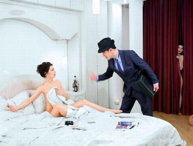 замужняя девушка пользуется фалоиметатором