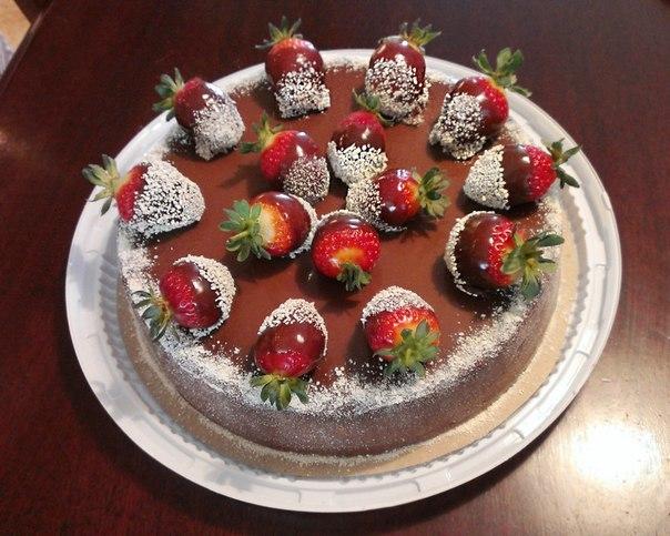 Украшение торта свежей клубникой