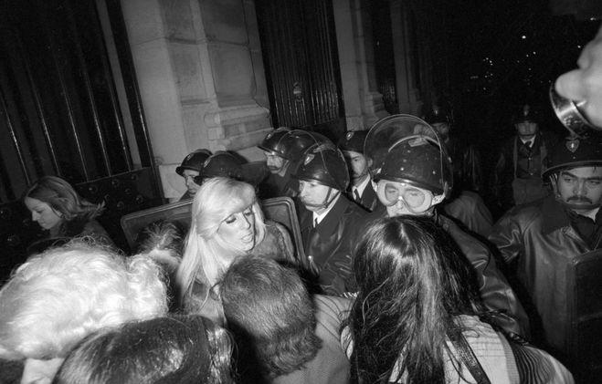 Какова причина восстания проституток в Лионе (1975) и чем оно закончилось?