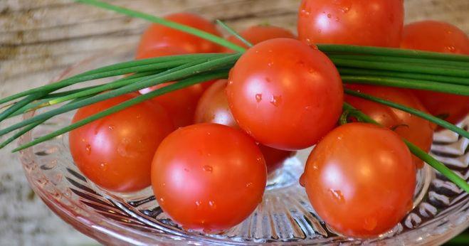 можно ли сажать рядом лук и помидоры