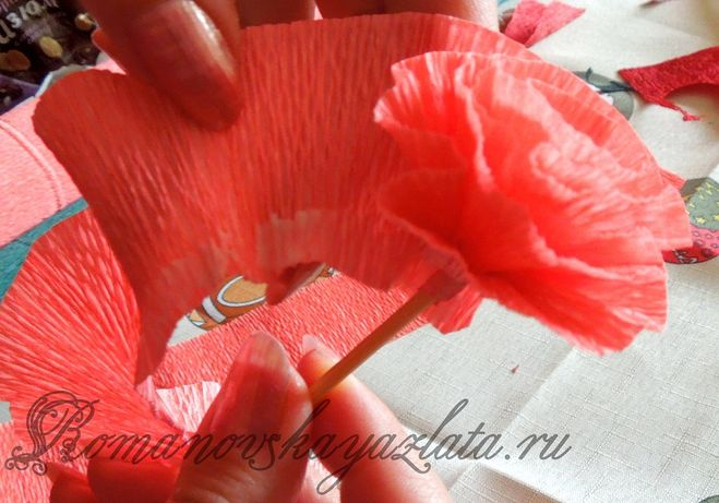 Несложные цветы из гофрированной бумаги