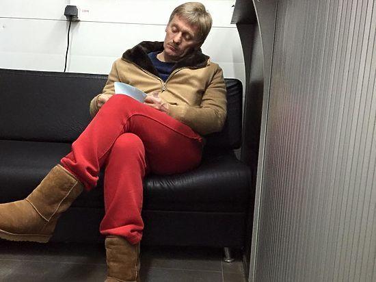 Дмитрий Песков в уггах и красных штанах на автомойке.