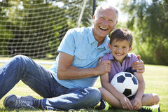 дедушка с внуком, футбол