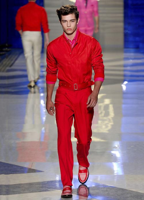 Одежда красного цвета для мужчин