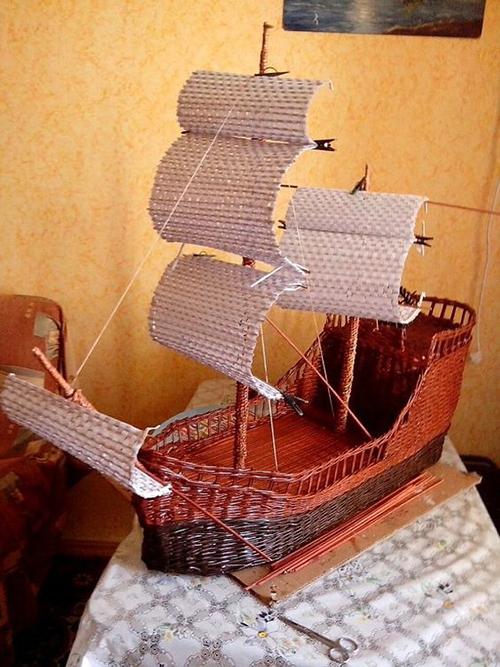 корабль из газетных трубочек