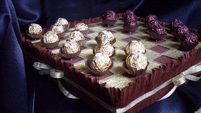 Примеры букетов из конфет на 23 февраля для мужчин. Интересные идеи