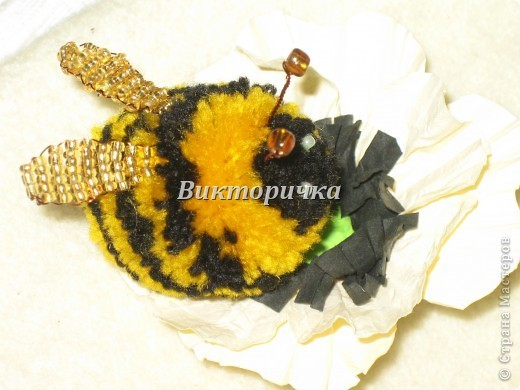 пчела из помпонов