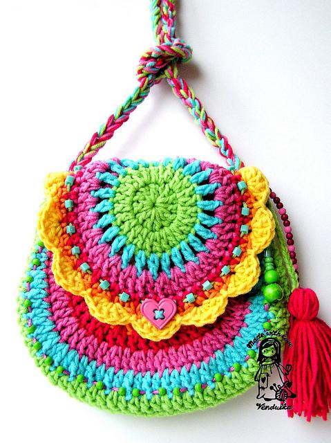 Для такой разноцветной сумочки