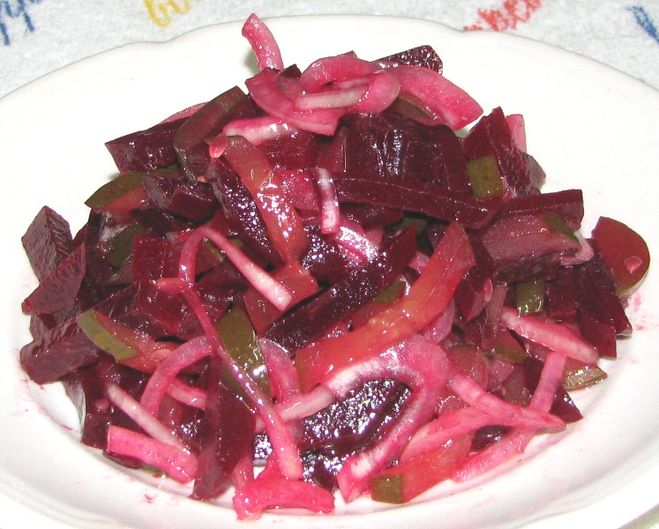 Салат из свеклы и соленых огурцов и моркови