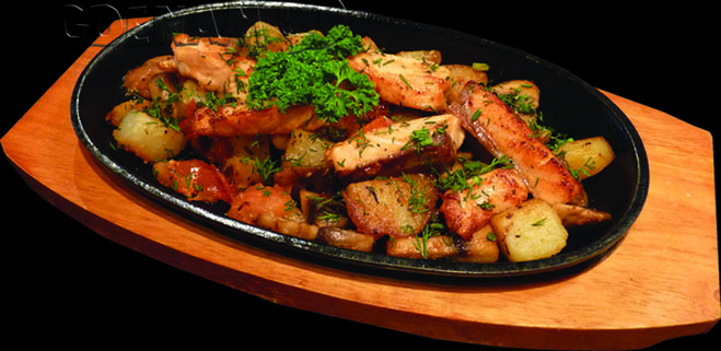 Как пожарить мясо на сковороде с луком и картошкой