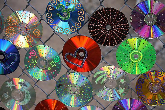 Поделки из дисков на даче