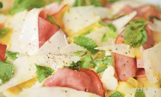 Салат с сыром кукурузой и ветчиной и сыром