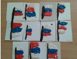 аппликация на бумаге с российским флагом из спластилина