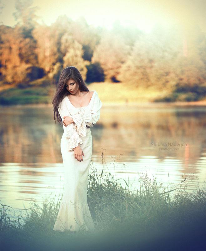 Поза в длинном платье для фото
