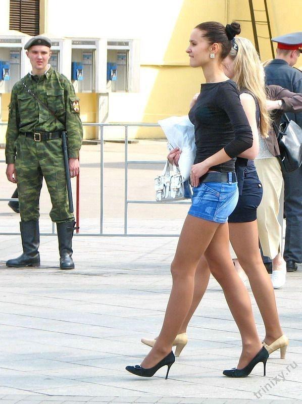 Девушки за 30 в коротких юбках