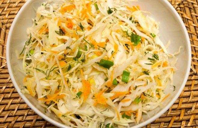 Салат с капустой и горошком и морковью