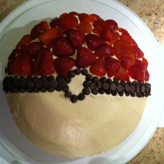 Торт-покебол с клубникой и кремом