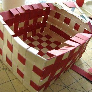 Плетеная корзинка из полосок бумаги своими руками